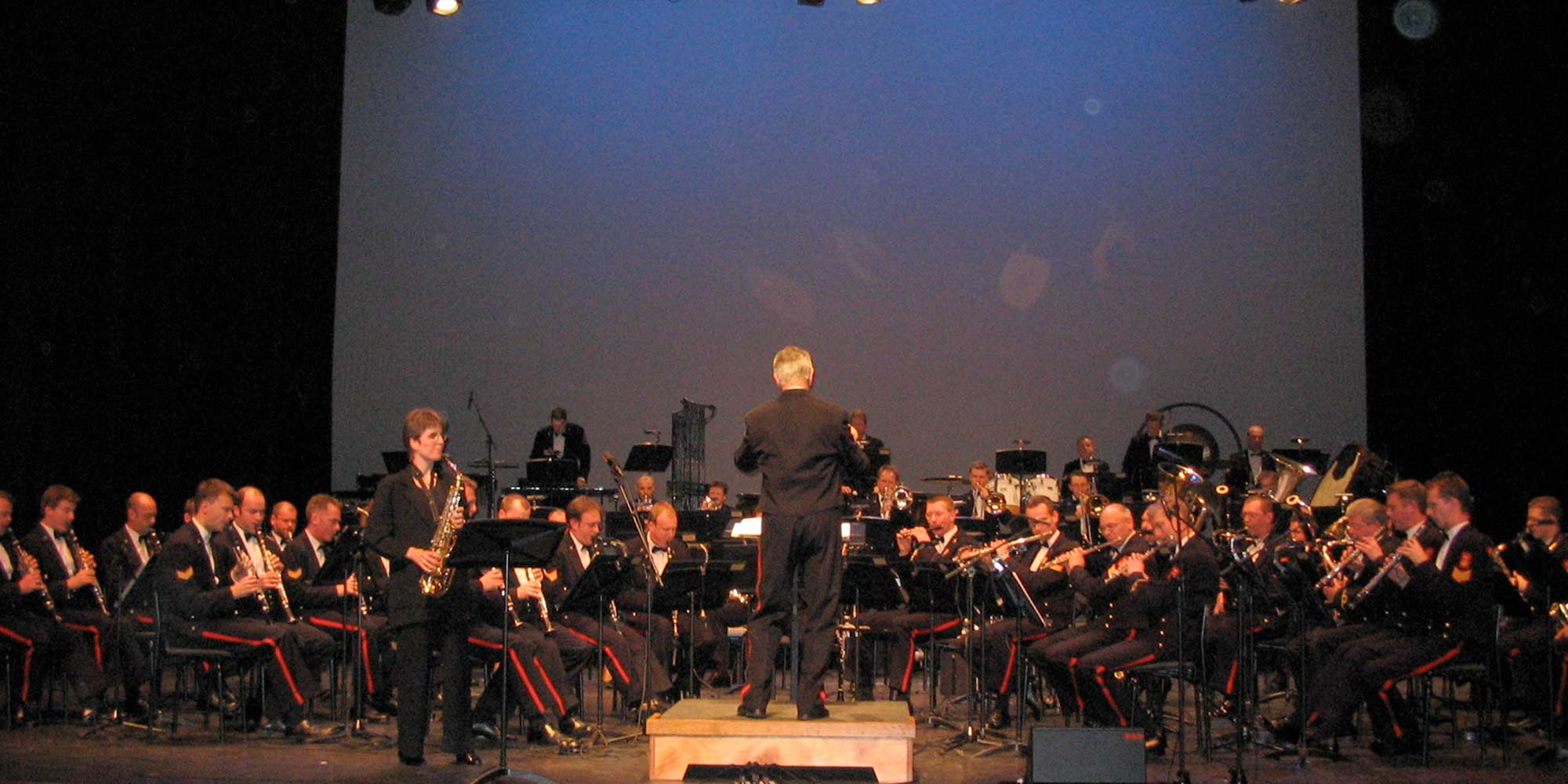 Suzanne Welters als soliste op de saxofoon met de marinierskapel